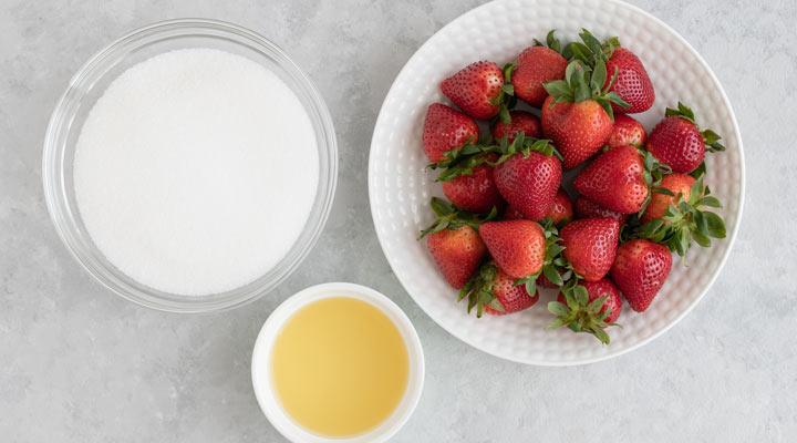 طرز تهیه مربای توت فرنگی - برای تهیه مربای توت فرنگی تنها به توت فرنگی و شکر و لیمو ترش نیاز دارید.