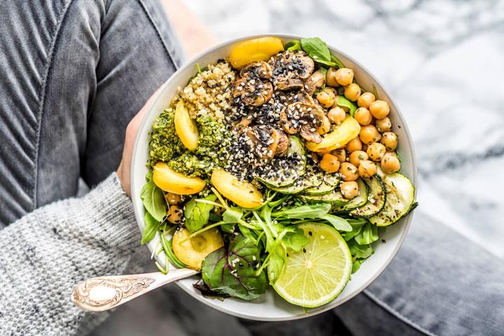 ظرفی حاوی سبزیجات اندک و مواد لازم برای رژیم کتو