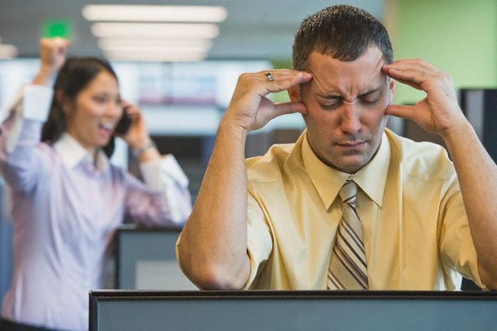 عادت آزار دهنده در محیط کار، صحبت کردن با تلفن به صدای بلند