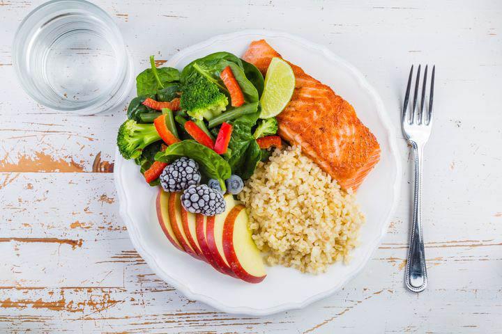 علت صدای شکم - استفاده از گروههای غذایی مختلف بهطور متعادل یک روش درمان است