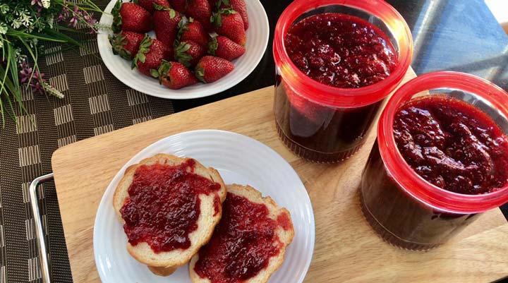 طرز تهیه مربای توت فرنگی - میتوان مربای توت فرنگی با پنکیک، وافل یا نان خورد.