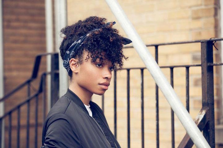 مدل موی تابستانه ـ جمع کردن موی فر بالای سر