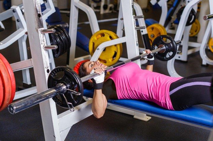 ورزش برای خوش فرم شدن سینه - پرس نیمکت هالتر