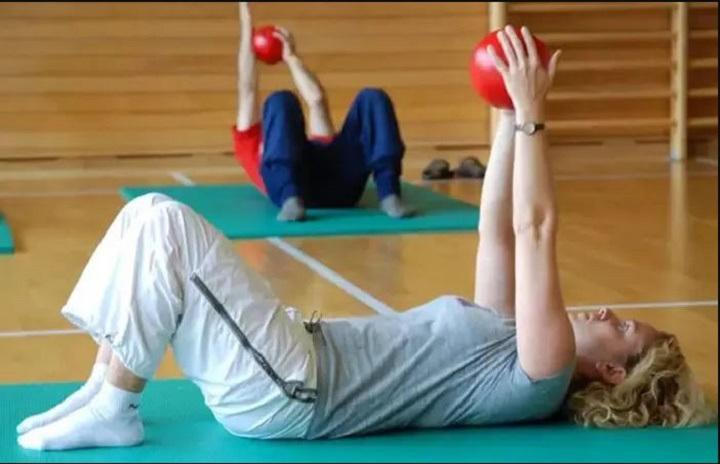 ورزش برای خوش فرم شدن سینه - حرکت پاس از روی سینه