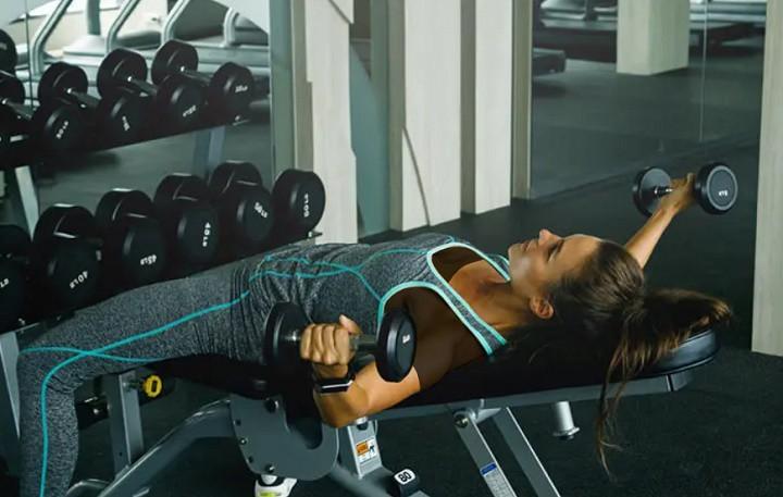 ورزش برای خوش فرم شدن سینه - دمبل فلای