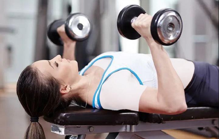 ورزش برای خوش فرم شدن سینه - پرس سینه دمبل