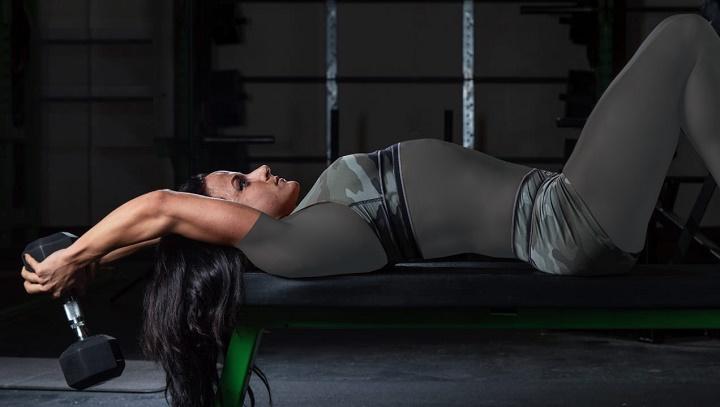 ورزش برای خوش فرم شدن سینه - حرکت پلاور دمبل