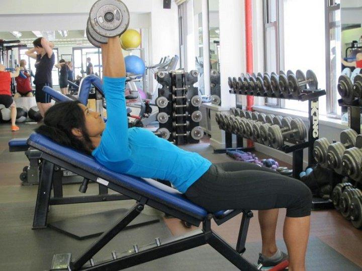 ورزش برای خوش فرم شدن سینه - پرس سینه دمبل شیب دار