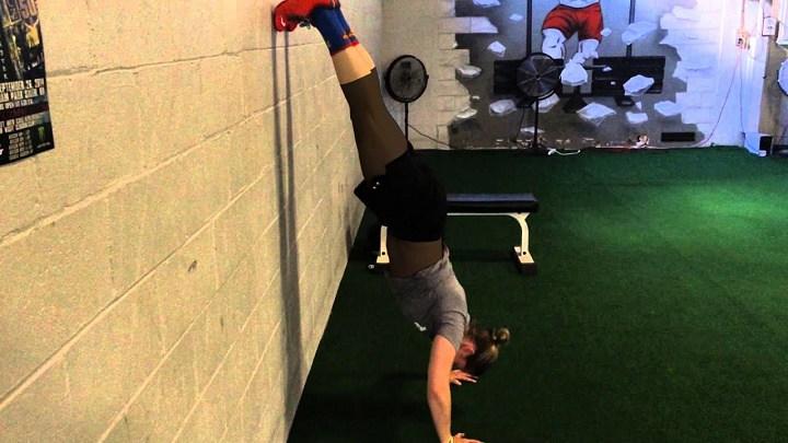 ورزش برای خوش فرم شدن سینه - شنا روی دیوار وارونه