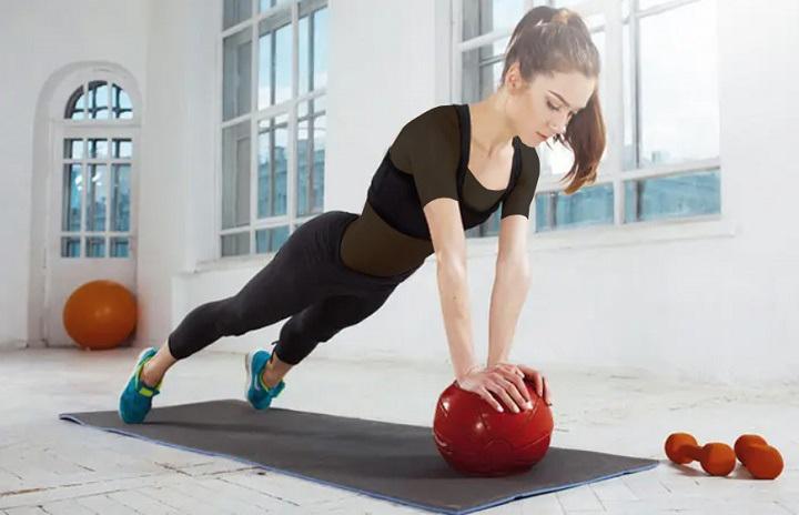 ورزش برای خوش فرم شدن سینه - شنا با توپ مدیسن بال