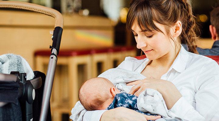 زنی در حال شیر دادن به نوزاد