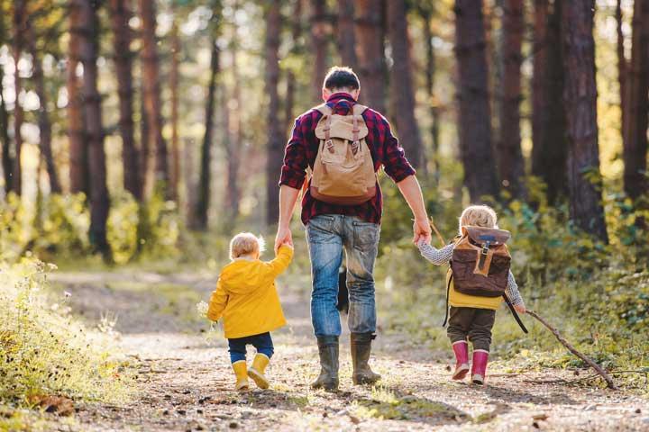 پدر و بچه ها در حال کوهنوردی ـ انتقال تجربه ها در میان اعضای خانواده